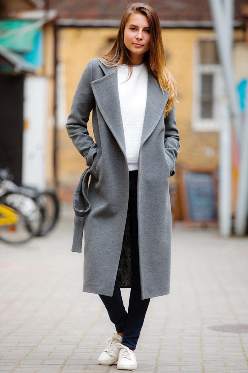 серое пальто с кедами
